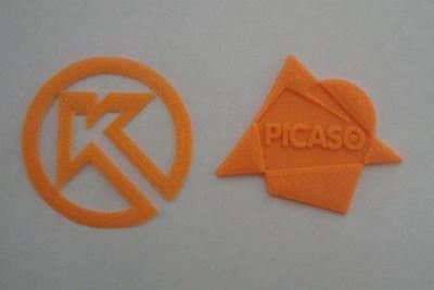 Логотипы КОМПАС-3D и PICASO 3D, распечатанные на 3D-принтере