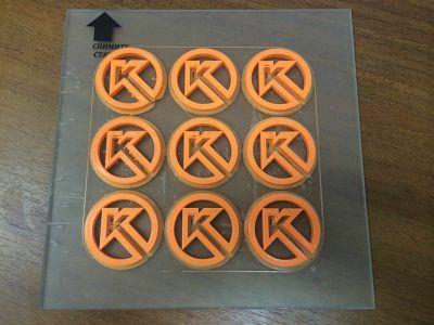 Продукт 3D-печати. Изделия размещены на стекле — рабочей зоне принтера